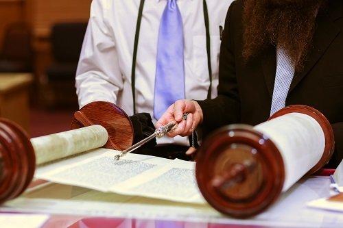un giudice che consulta un papiro
