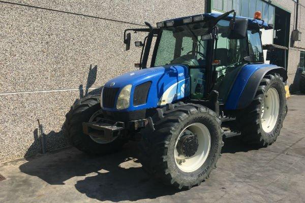 un trattore blu