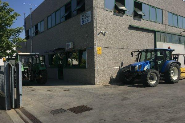 trattore blu vicino a un industria