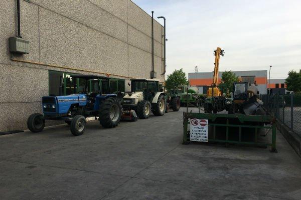 delle macchine agricole vicino a un industria