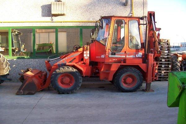 una scavatrice rossa