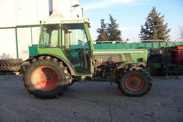 un trattore verde