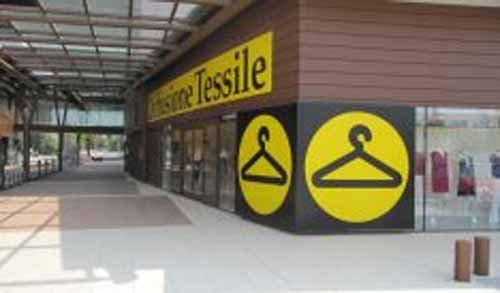angolo di un negozio con insegna TESSILE