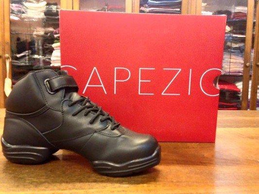 una scarpa nera con la zeppa