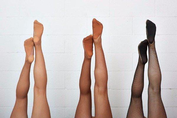 delle gambe con dei collant a rete