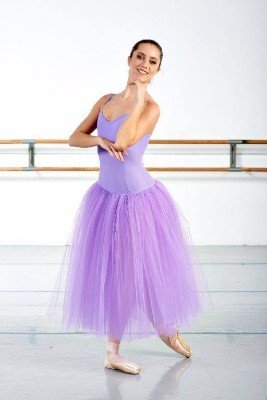 una ballerina con un abito viola