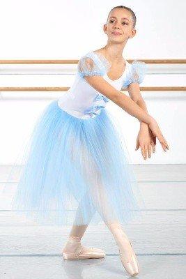una ballerina con abito bianco e azzurro