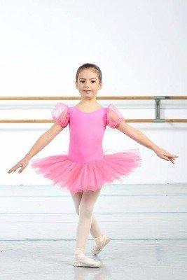 una bambina con abito rosa da danza