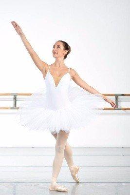 una ballerina con un abito bianco