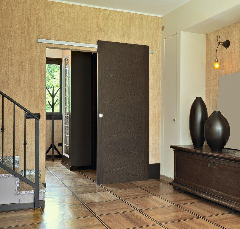 salone di una casa con una scala e una porta aperta