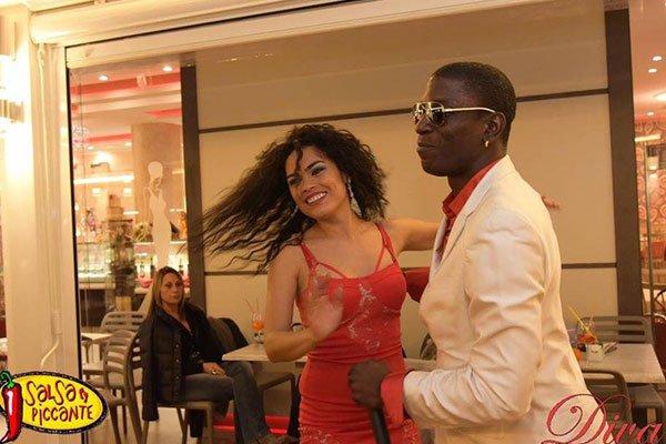 un ragazzo e una ragazza mentre ballano