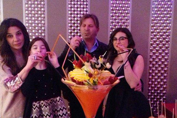 delle persone che bevono un cocktail con le cannucce da un bicchiere gigante