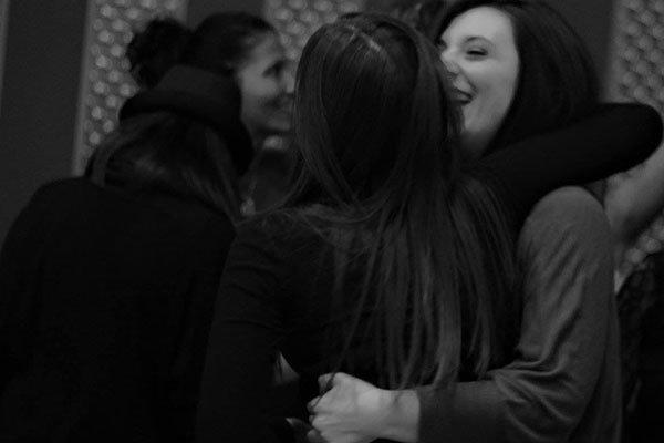 delle ragazze abbracciate