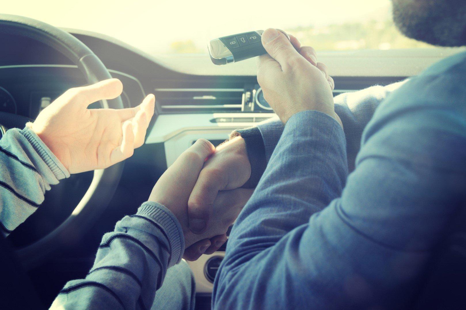 stretta di mano in macchina