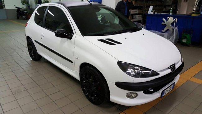 Auto bianca presso Car Planet Garage Service