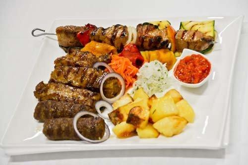 spiedini di carne con patate al forno e verdure