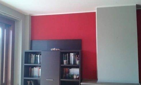 vista frontale di una parete con scaffale in legno