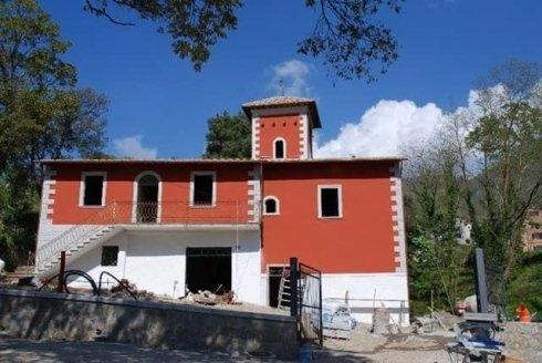 vista frontale di un edificio rosso e bianco