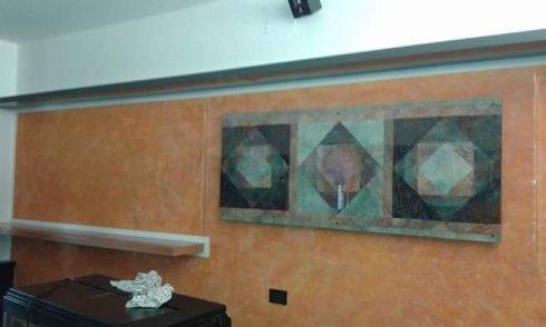 vista laterale di una parete decorata