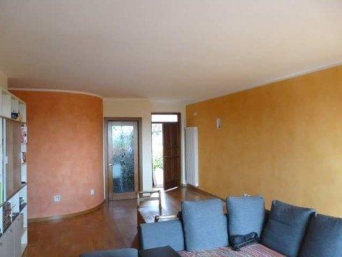 vista interna di una casa con pareti decorate e cuscini