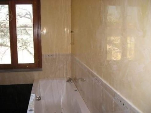 vista frontale di una vasca da bagno con finestra