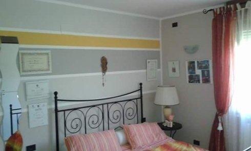 camere da letto con parete grigia e striscia gialla