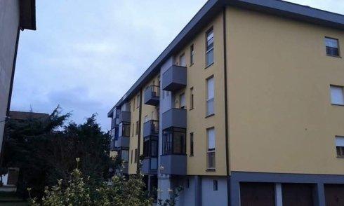 vista angolare di un condominio giallo
