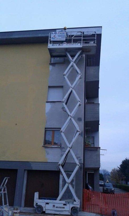 addetti durante una tinteggiatura esterna di un edificio