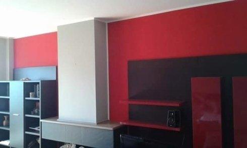 vista laterale di una parete rossa