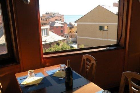Dal ristorante si gode una splendida vista mare.