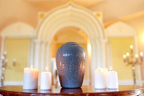 urna su altare