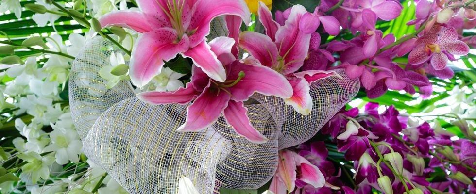 Orchidee e gigli rose