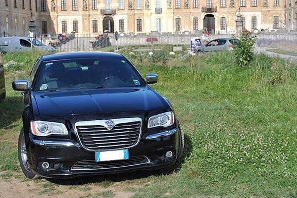 taxi parcheggiato nel giardino di un palazzo signorile