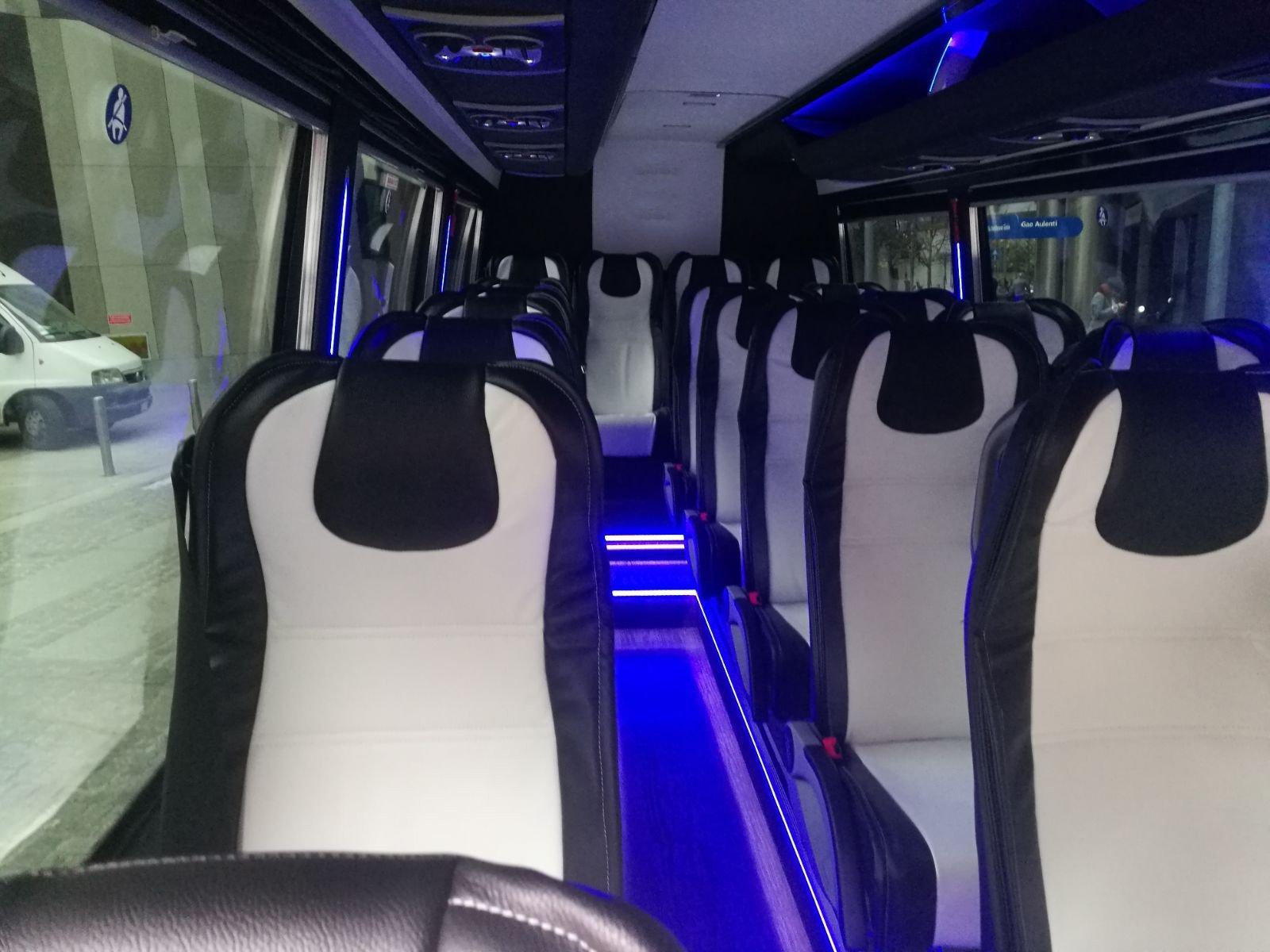 interno di un taxi minivan