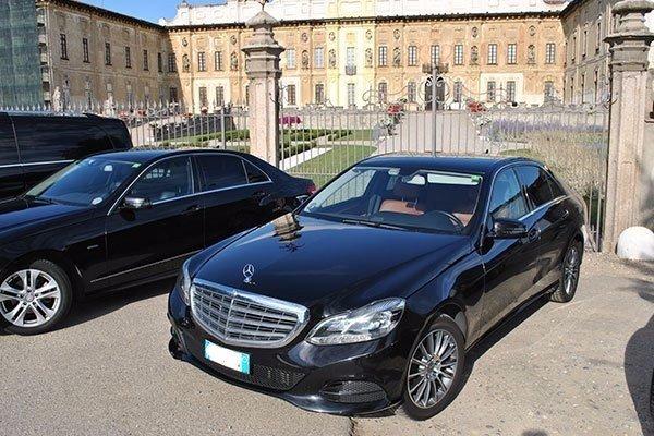 taxi parcheggiati di fronte al cancello di una villa signorile
