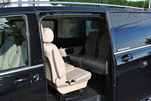 Dettaglio di un minivan con portiera aperta