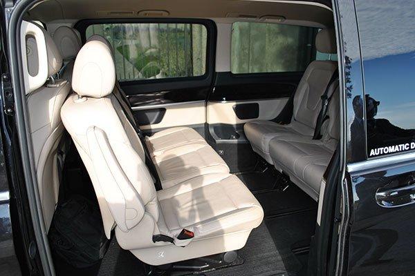 Primo piano dei sedili di un minivan