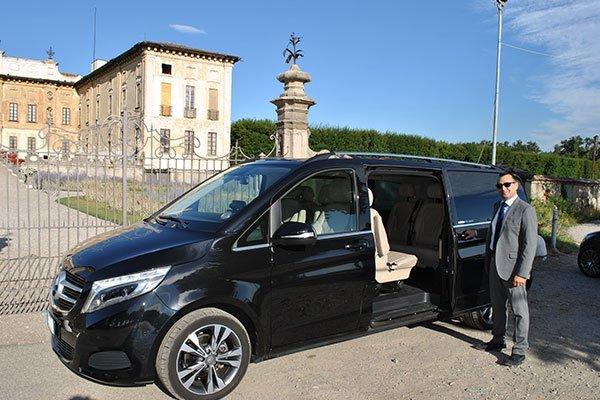 Minivan parcheggiato di fronte a palazzo signorile