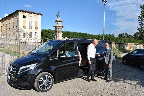 Taxi minivan con autista e cliente