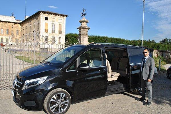 taxi di lusso con palazzo signorile sullo sfondo
