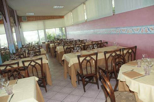 Il ristorante propone specialità a base di pesce.