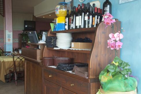 Il ristorante propone vini tipici del territorio.