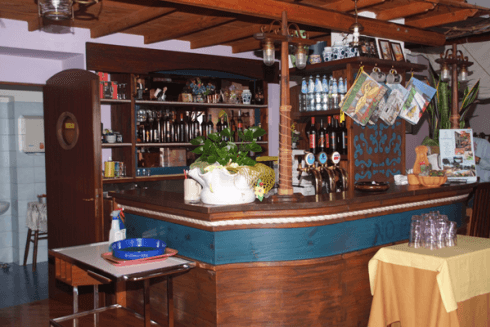 Si propongono vini italiani e birra alla spina.