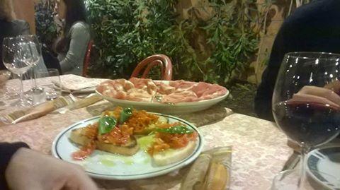 tavolo con vassoi di bruschette e salumi