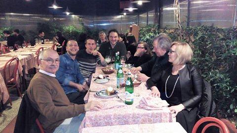 famiglia al ristornante fanno una foto