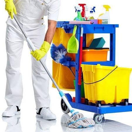 operaio mentre pulisce pavimento con carrello e prodotti pulizia