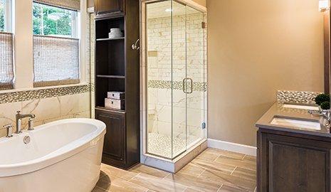 Arredamento di un bagno con doccia e vasca