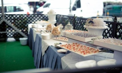 un buffet di antipasti