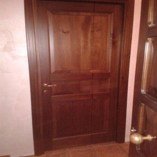 Porta di legno con serratura di sicurezza