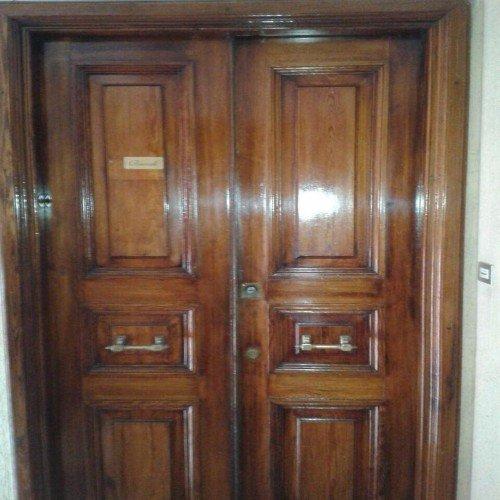 Porta di legno a doppia anta